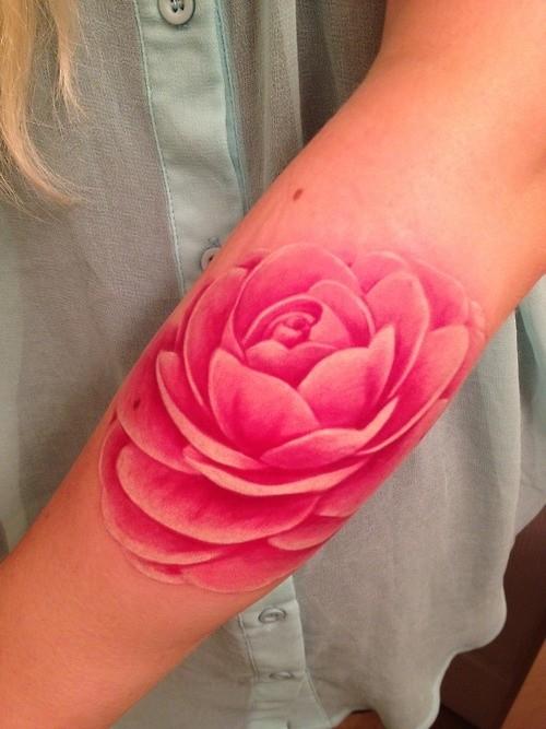 carino fantastico fiore rosa  tatuaggio colorato su braccio
