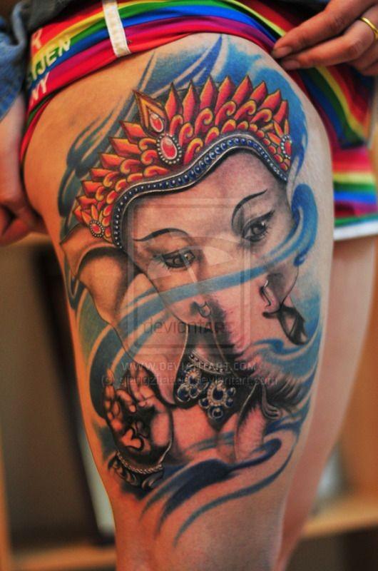 Tatuaggio colorato sulla gamba il dio Ganesha