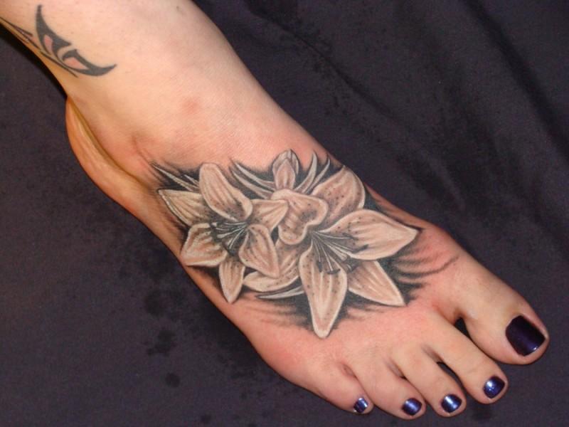 carino giglio bianco tatuaggio disegno su piede