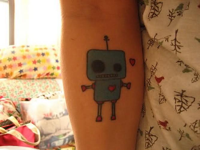carina giocatolo robot grigio tatuaggio su braccio