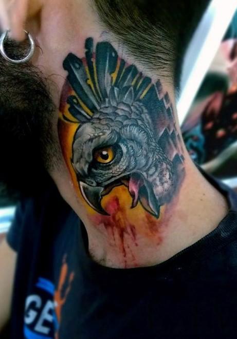 bel dipinto dettagliato testa di aquila tatuaggio su collo