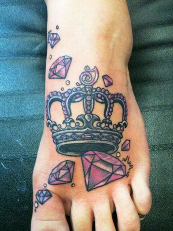 eccezionale tatuaggio corone con diamanti  su piede di ragazza