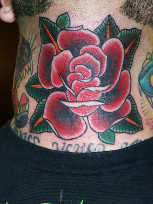 carino rasa rossa con foglie tatuaggio su collo