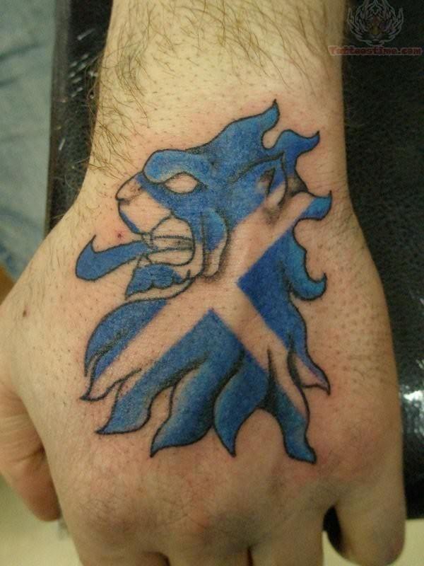 carino leone scozzese blu tatuaggio su mano