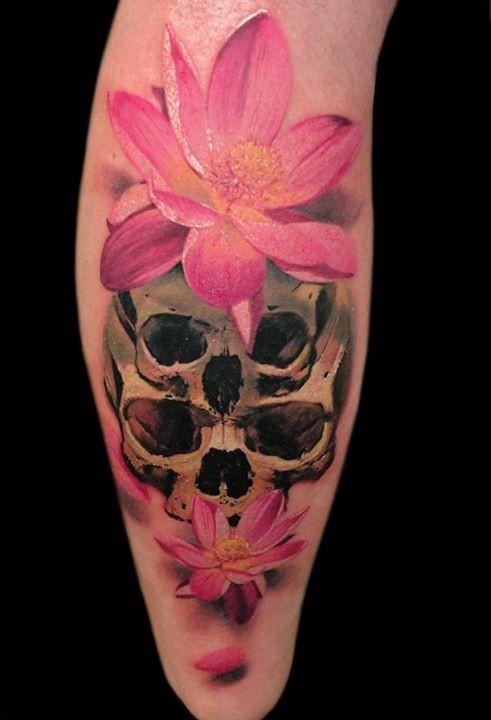 Tatuaggio colorato sul braccio il teschio & i fiori rosa