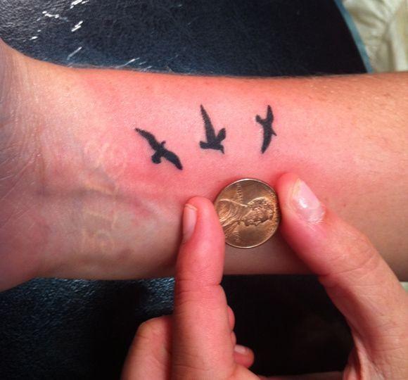 carini tre  piccoli uccellini tatuaggio su polso