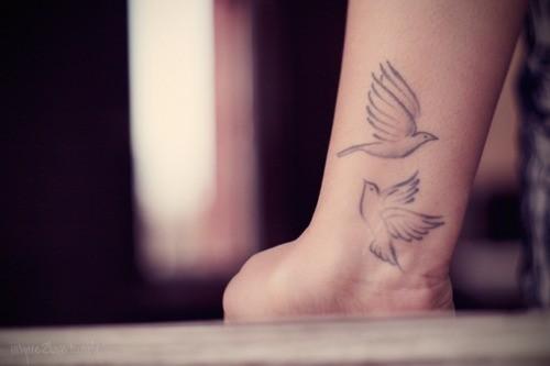 due carini uccelli svettanti tatuaggio sul polso