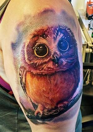 Tatuaggio colorato sul braccio piccolo gufo