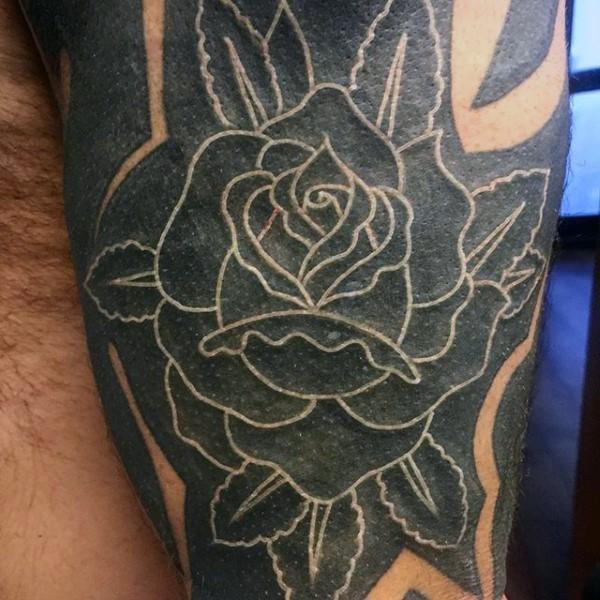 Tatuaje en el antebrazo, rosa negra con contornos blancos
