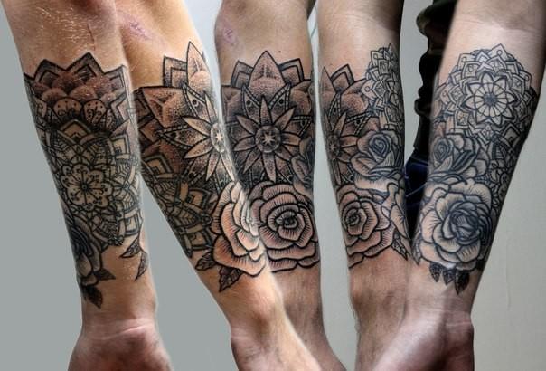 dunkles schwarzes im gravur stil unterarm tattoo von verschiedenen blumen. Black Bedroom Furniture Sets. Home Design Ideas