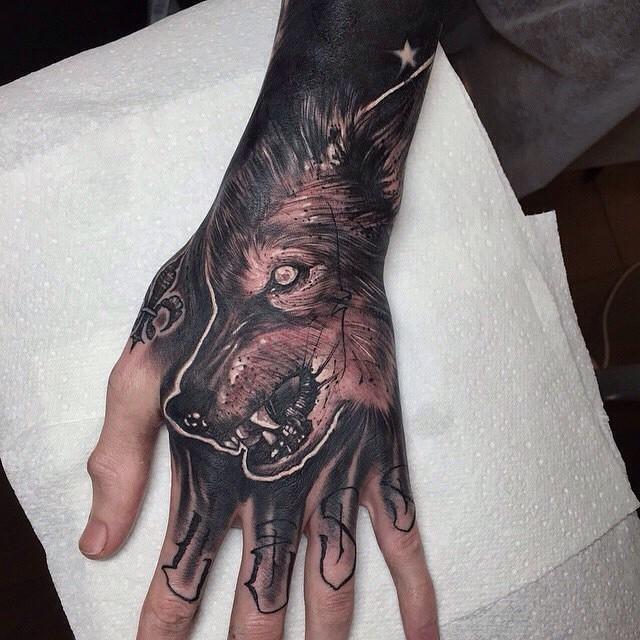 Dunkler Farbiger Schwarzer Und Grauer Gruseliger Wolfskopf Tattoo An