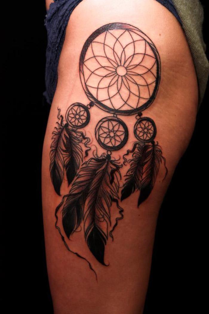 scuro acchiappa sogni  tatuaggio sulla coscia per le donne