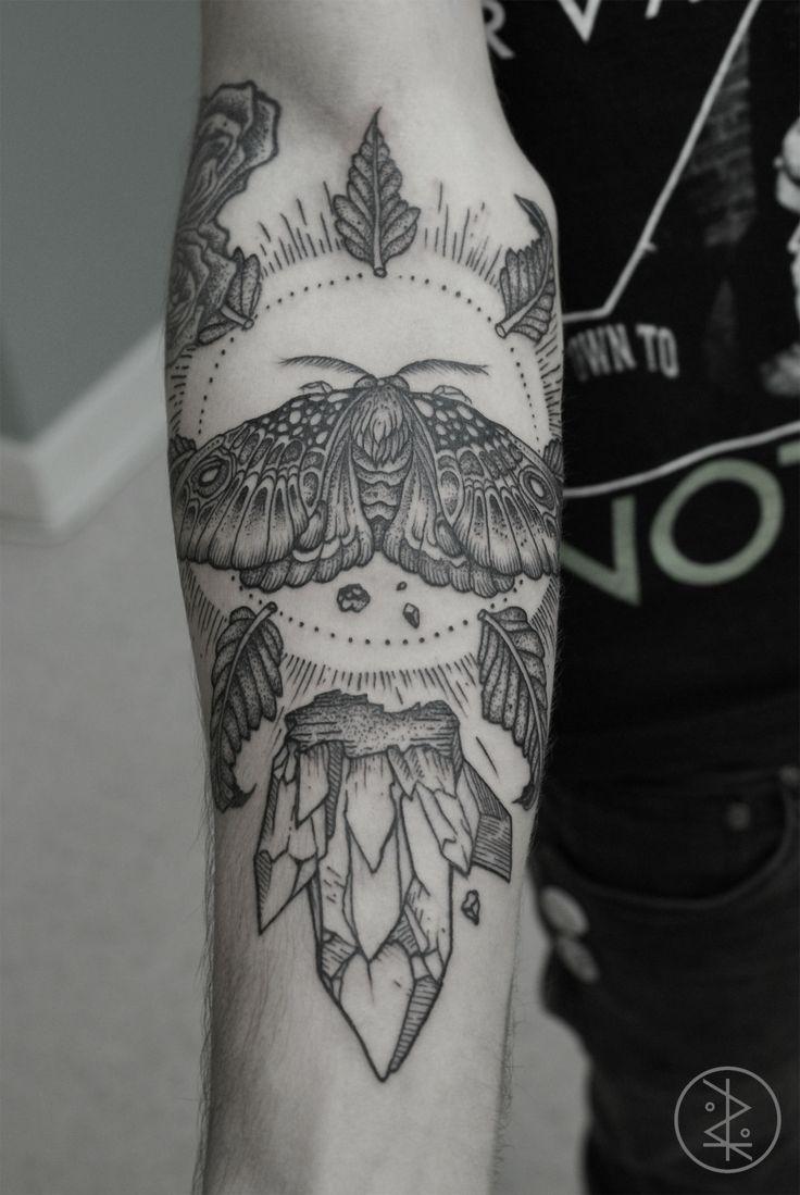 Tatuaggio nero bianco sul braccio l&quotinsetto grande