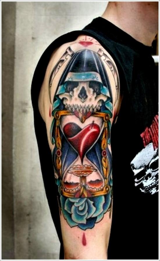 morte con falce e clessidra tatuaggio sulla spalla