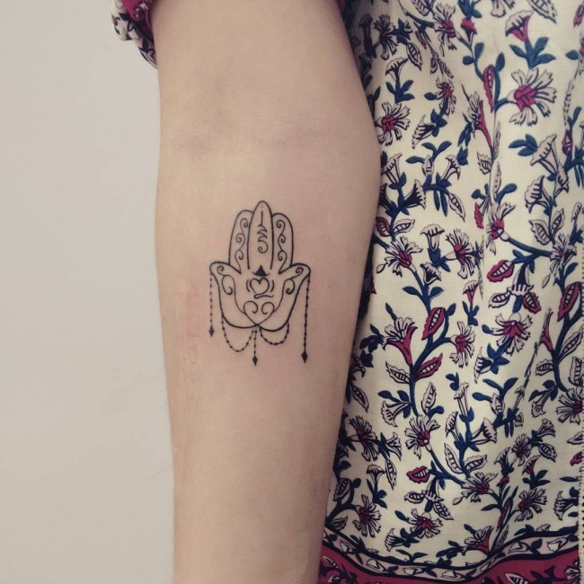 Empfindliches Kleines Schwarzweisses Hamsa Hand Tattoo Am Weiblichen