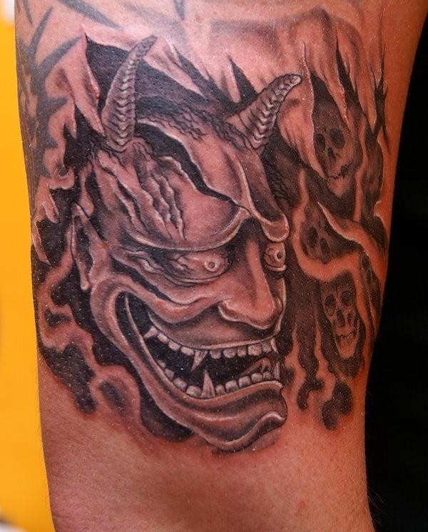 Tatuaggio grande il diavolo e i teschi