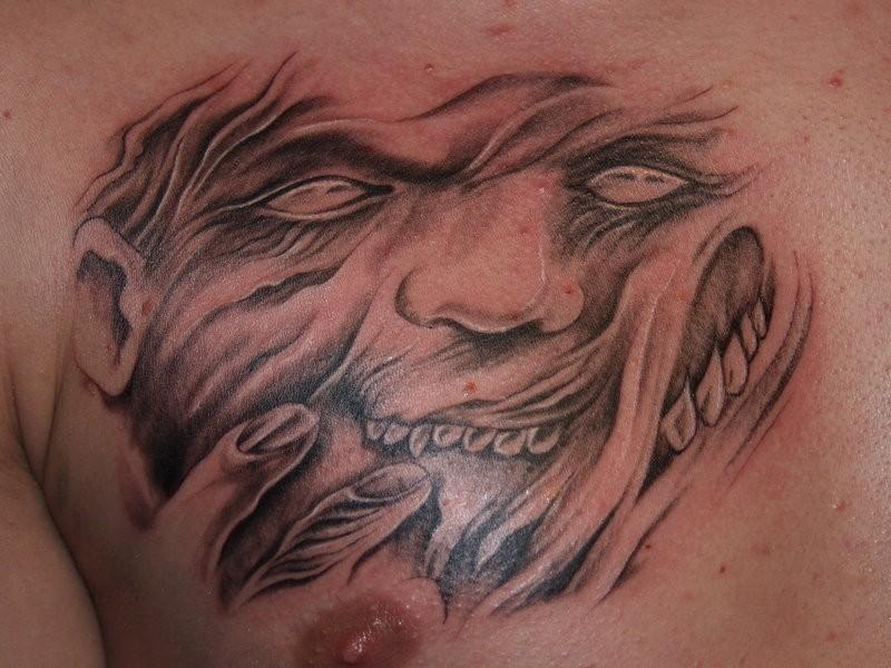 Tatuaggio spaventoso sul petto la faccia del demone