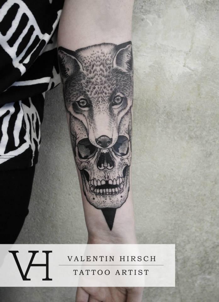 dettagliato cranio umano con testa di volpe tatuaggio su braccio da Valentin Hirsch