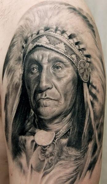 Detailliertes Porträt von Indianerhäuptling Tattoo