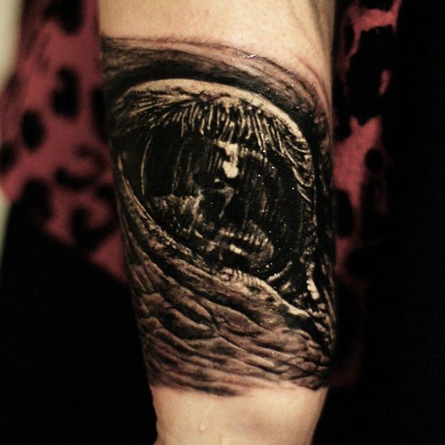 disgustoso nero e grigio occhio tatuaggio su braccio da Cris Gherman