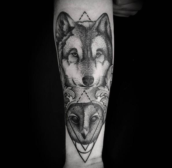 Tatuaggio di lupo dell&quotavambraccio dall&quotaspetto accurato in stile puntino combinato con il gufo