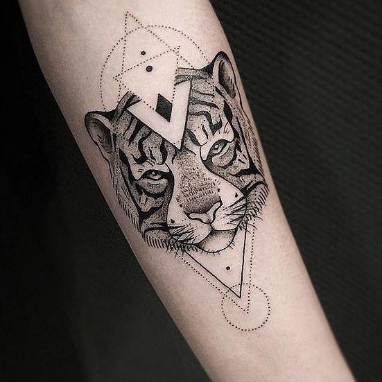 Tatuaggio con braccio di inchiostro nero a punta di punto della testa di tigre con figure geometriche