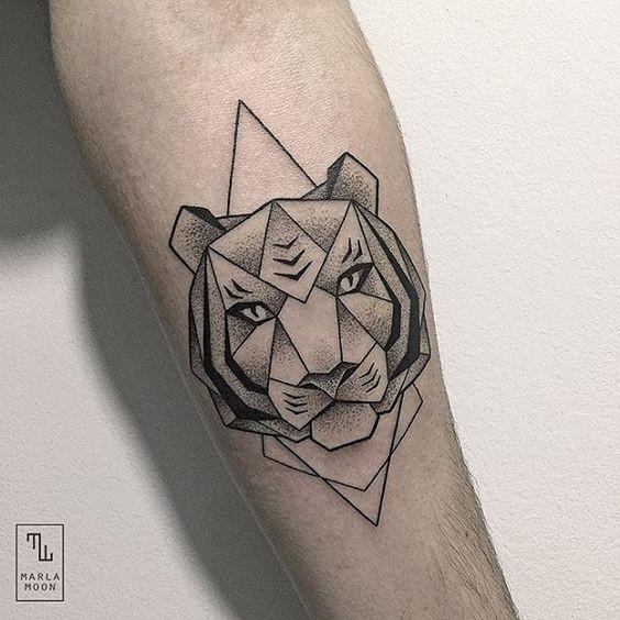 Tatuaggio di testa di tigre con triangoli in inchiostro nero a puntino