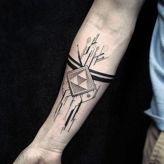 Tatuaggio con avambraccio a inchiostro nero stile puntino di strana figura geometrica con linee nere