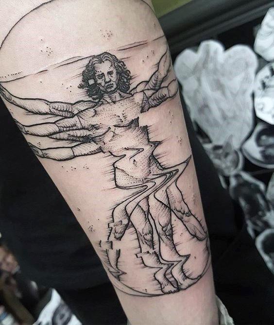 Tatuaggio del braccio superiore in inchiostro nero a puntino di uomo vitruviano corrotto