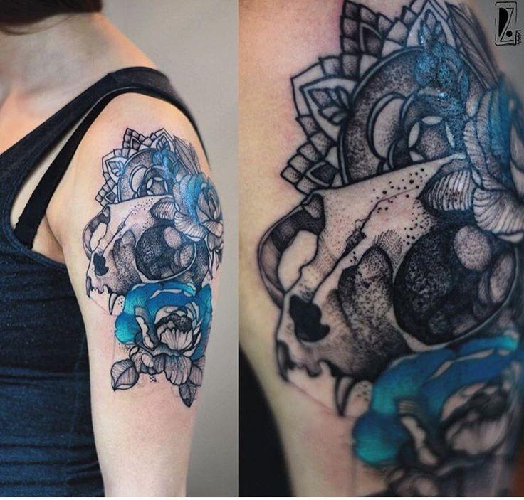 Dot style dettagliato e colorato da Joanna Swirska tatuaggio del braccio superiore del gatto con fiori