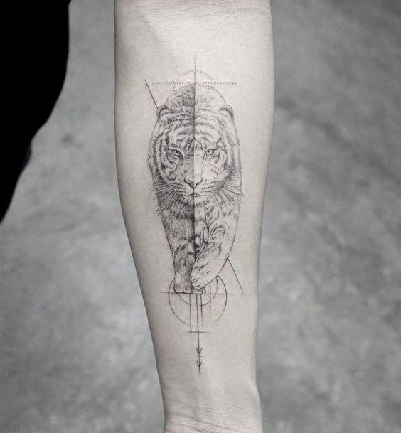 Tatuaggio di tigre con inchiostro nero, grande stile dot, con vari simboli