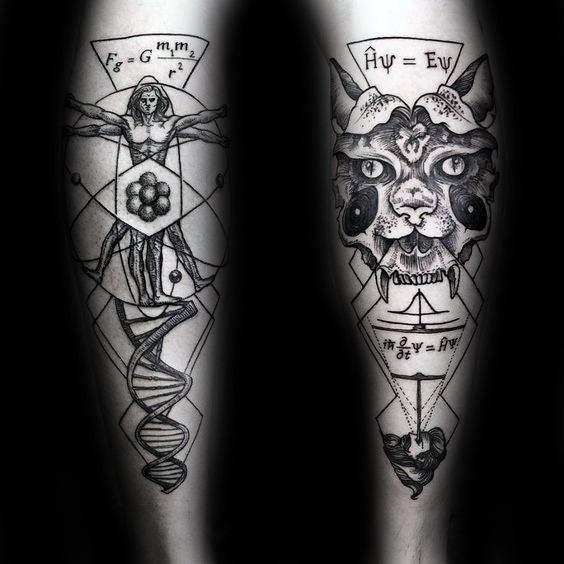 Tatuaggio di grandi dimensioni con inchiostro nero a forma di punto del tatuaggio dell&quotuomo vitruviano con maschera e scritte