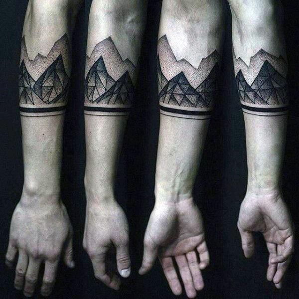 Tatuaggio con grande avambraccio stile dotwork di montagne geometriche