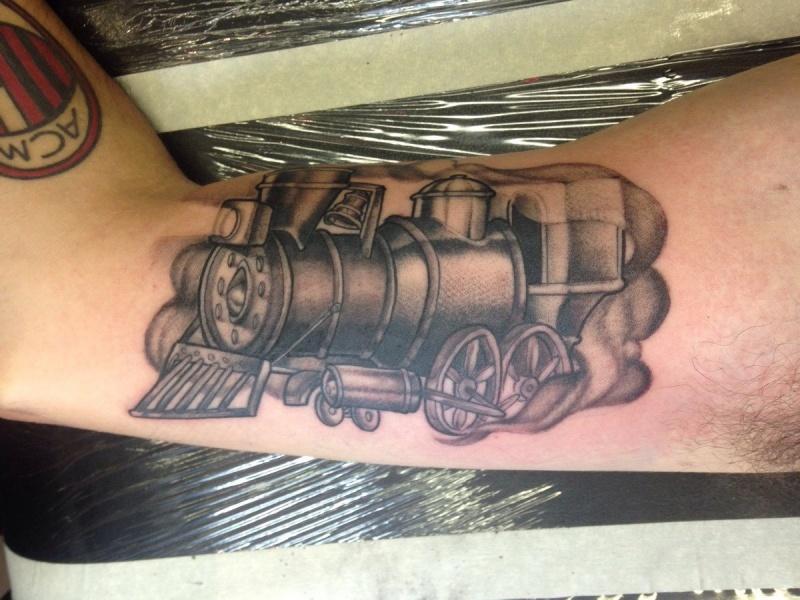 Tatuaggio bicipite in inchiostro nero stile Dotwork del vecchio treno a vapore