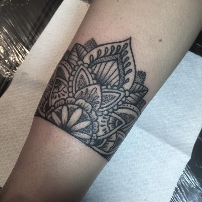Dotwork-Stil schwarze Tinte Bein Tattoo von floralen Ornament