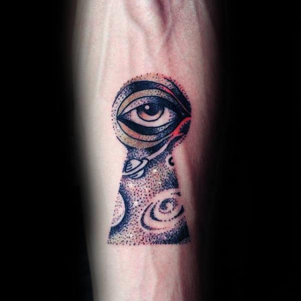 Tatouage d&quotavant-bras coloré de style Dotwork de trou de serrure stylisé avec espace et oeil humain