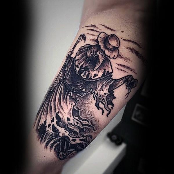 Tatuaggio bicipite dettagliato in stile Dotwork del medico della Peste