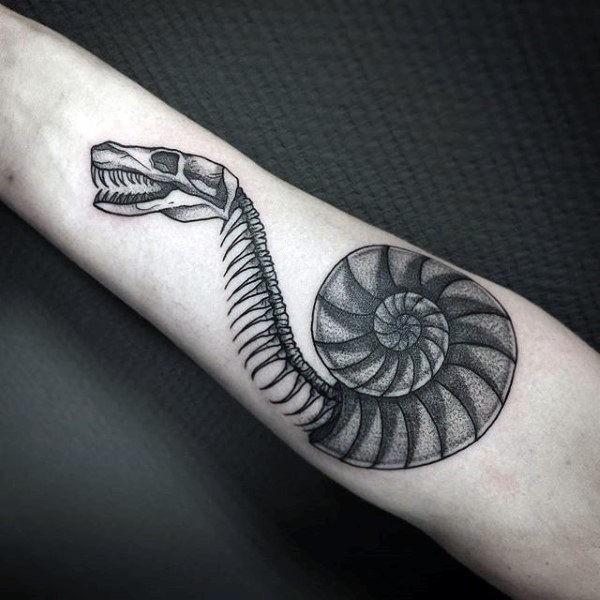 Lo stile di Dotwork ha dettagliato il tatuaggio dell&quotavambraccio sullo scheletro di un serpente
