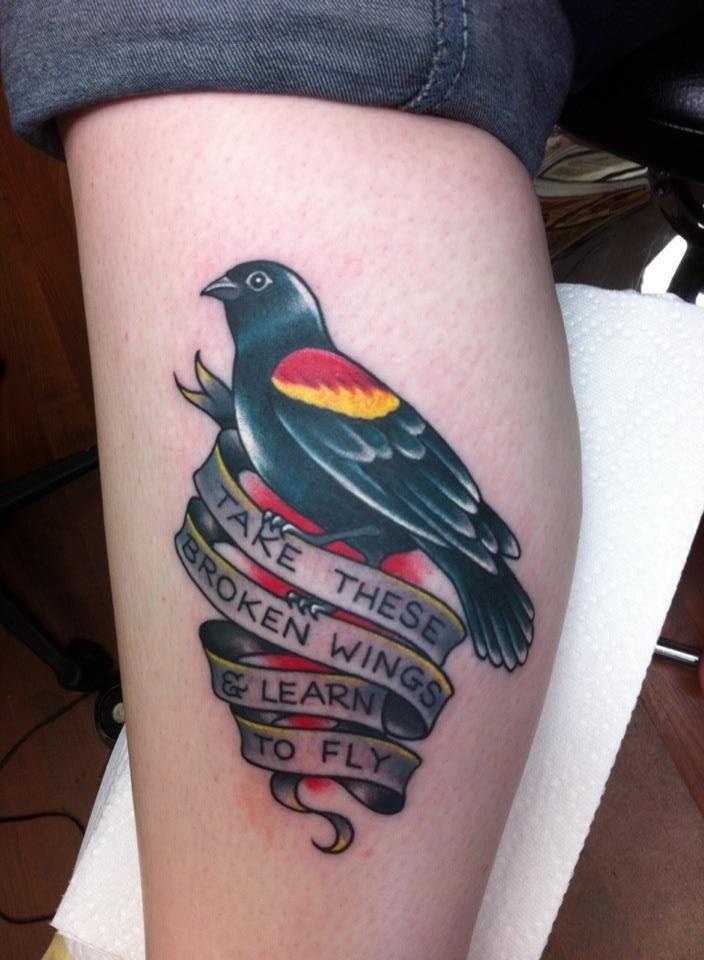 Tatuaggio sulla gamba l&quotuccello colorato con la striscia