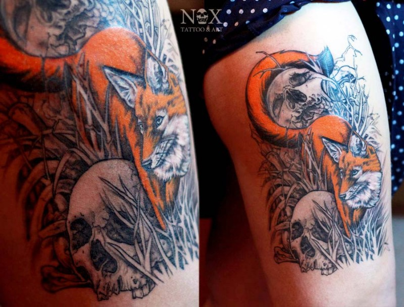 Dramatic style big colored fox between the skulls tattoo on thigh