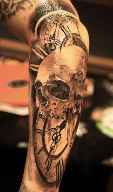 drammatico stile disegno grande cranio con orologio tatuaggio avambraccio