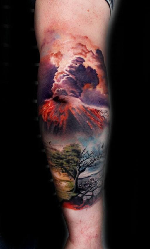 drammatico stile dall&quotaspetto naturale solitario sotto vulcano fiammeggiante tatuaggio su braccio