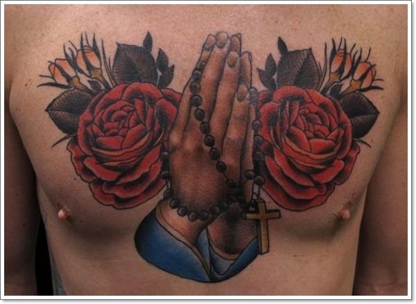 drammatico stile dipinto mani pregano con fiori tatuaggio su petto