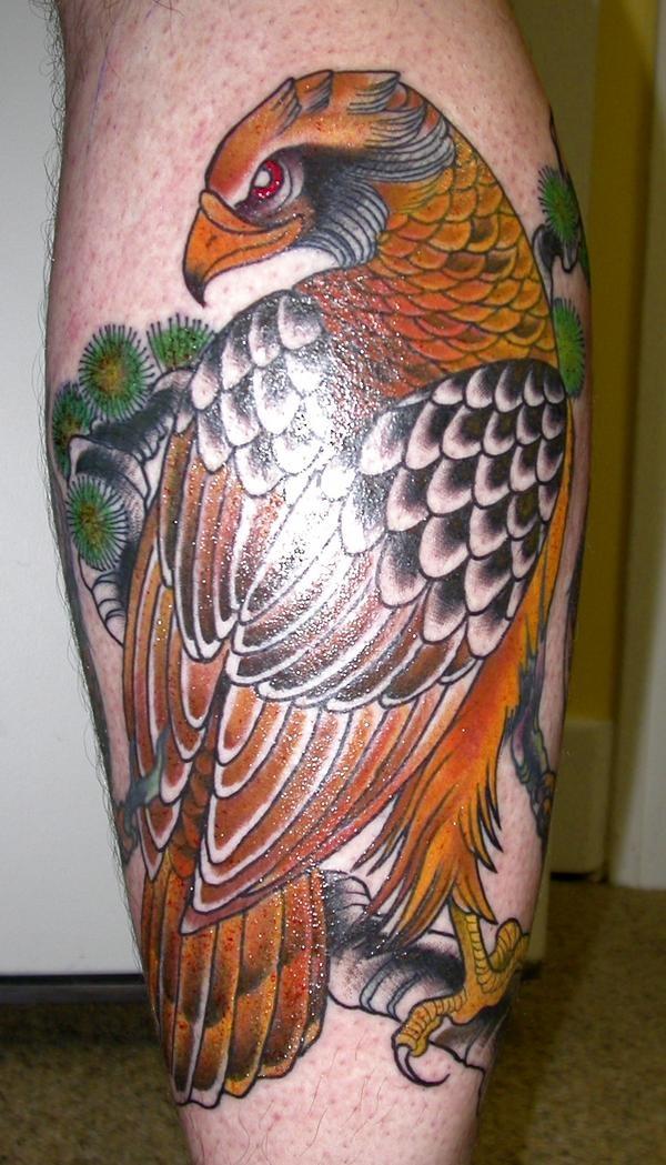 Tatuaggio realistico sulla gamba l&quotaquila grande