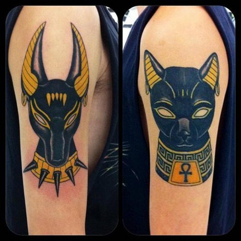 """stile egiziano statue di divinita"""" multicolore tatuaggio su spalla"""