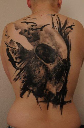 elegante cranio grigio nero con uccello bianco tatuaggio sulla schiena