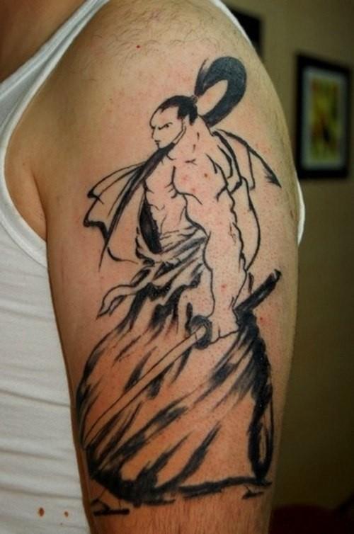 elegante samurai inchiostro nero tatuaggio a mezza manica