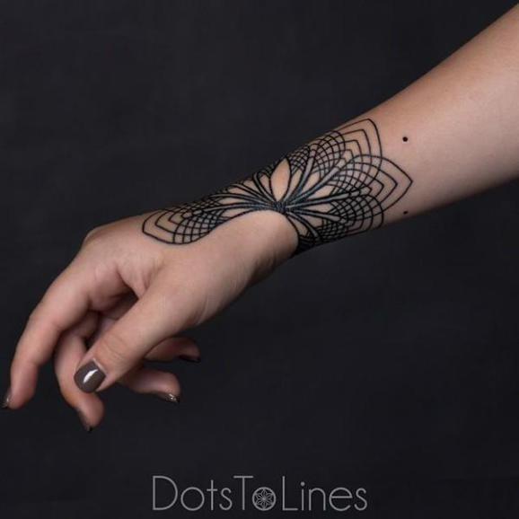 elegante linework nero tatuaggio su polso da Chaim