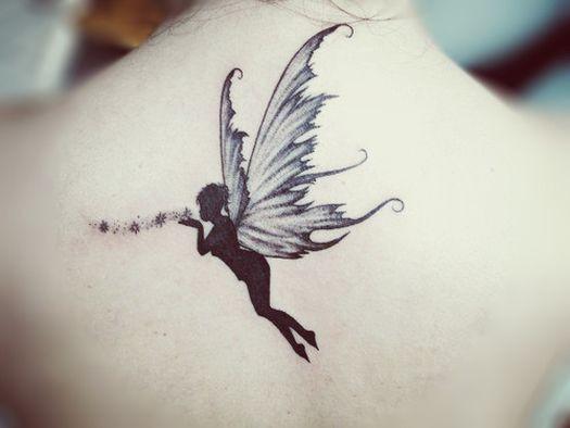 elegante fata con polvere di stelle tatuaggio culla schiena di ragazza