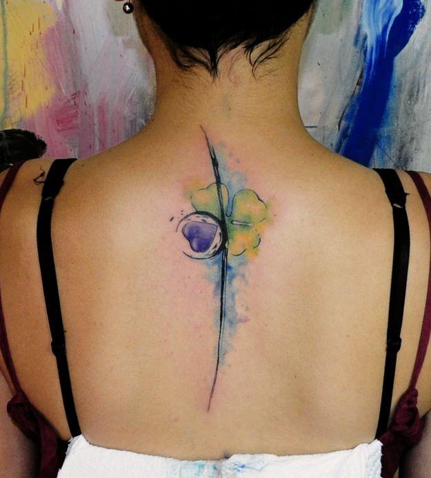 Tatuaje en la espalda, trébol de acuarela
